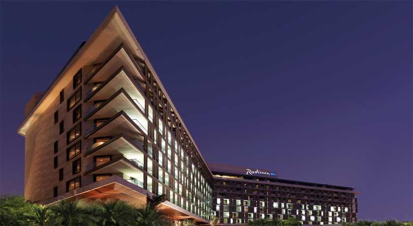 Radisson Blu Yas Island (Hotel + Theme Park)